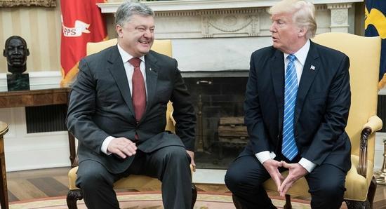 乌克兰总统波罗申科与美国总统特朗普举行面谈 【环球网报道 记者 崔舒飞】据俄罗斯卫星通讯社报道,当地时间6月20日在美国华盛顿进行工作访问的乌克兰总统波罗申科会见了美国总统特朗普和副总统彭斯,并表示希望美方向其出口天然气和煤炭。 波罗申科接受了福克斯新闻频道的采访。他表示,在能源合作之外,谈论的内容还包括乌克兰与美国的有效经济合作。 此外,乌克兰还计划用南非的进口煤取代顿巴斯的无烟煤。此前,乌克兰激进分子阻断了顿巴斯(乌克兰最大的煤炭基地)的煤炭运输,使乌克兰不得不采取紧急措施,在必要时实行分时断电和应