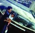 轿车与自行车相撞 骑车少年忍痛救出车内被困女童