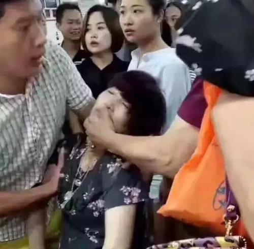 """""""人养玉玉养人"""" 翡翠手镯越戴越通透之谜"""