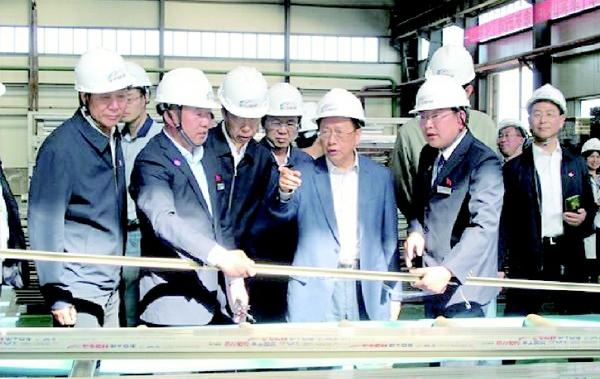 民建中央调研组实地考察甘肃省酒泉市太阳能风能资源分布、利用方式与产品研制情况。