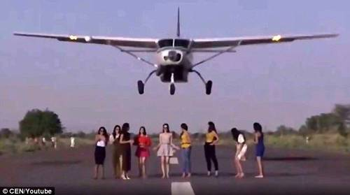 飞机滑行准备起飞,飞机当时仅仅赶及在撞向一众女模前拉起机头爬升.