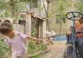 4岁女童用绳拉残疾曾祖母赶集 父亲回应:是本能