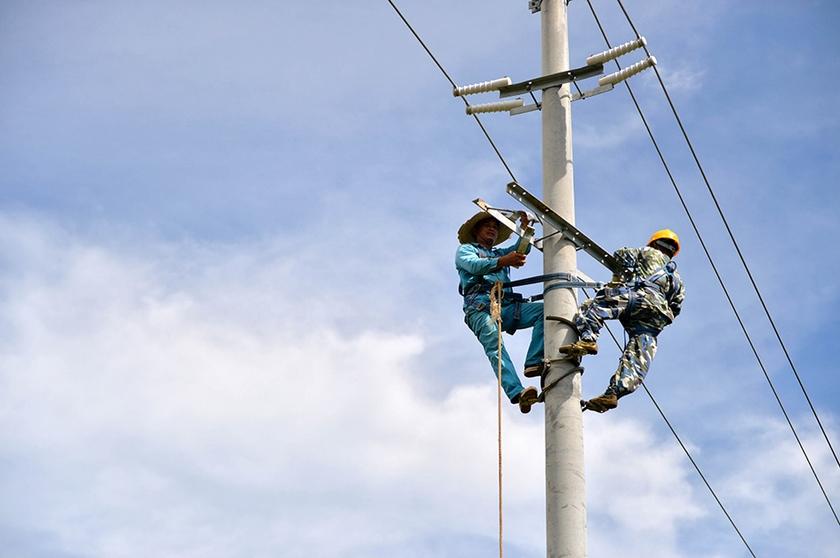 -->--> --> 南方电网广西公司电力体制改革惠及广西工业企业,上半年成功开展10批次电力市场化交易,累计交易电量315.1亿千瓦时,为企业减少用电成本约15.7亿元,拉动增量用电20亿千瓦时,增加工业产值140亿元。  面对经济持续下行压力,南方电网广西公司积极落实我区各项稳增长政策措施,全面推动广西电力体制改革,积极推进电力市场化交易,引入火电全电量参与电力市场化交易,推动广西电力市场对35千伏及以上电压等级的电力用户全面放开,在全国范围内首次将核电纳入电力直接交易,实现了稳增长与清洁能源消