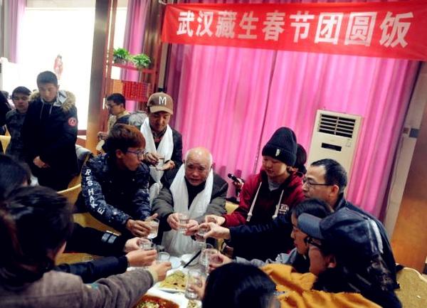 """被称为""""杨阿爸""""的他,为藏族学子建了个""""武汉之家"""""""
