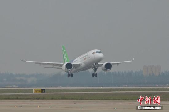 5月5日下午2时许,首架国产大飞机c919在上海浦东机场4号跑道成功起飞.