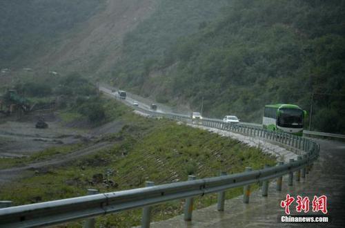 大客车载着游客冒雨撤离。 <a target='_blank' href='http://www.chinanews.com/'>中新社</a>记者 刘忠俊 摄