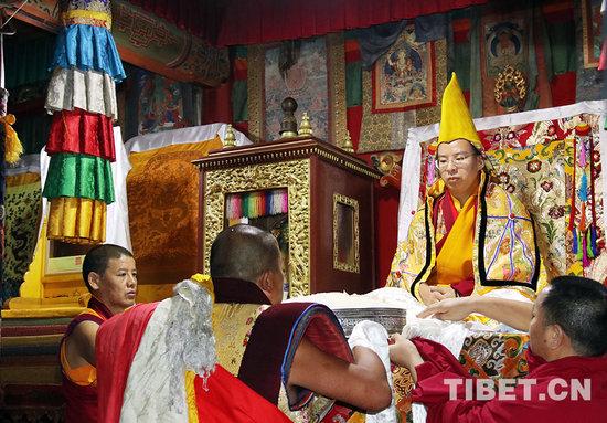 塔尔寺僧人向班禅大师敬献曼扎.