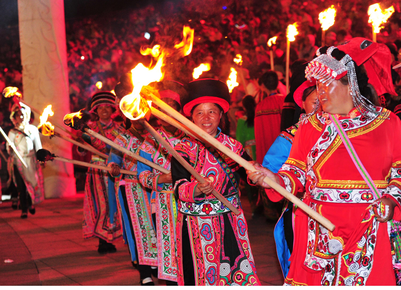 彝族摸扔节现场视频_载歌载舞庆祝彝族火把节