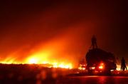 印尼南苏门答腊发生森林火灾 火光照亮夜空