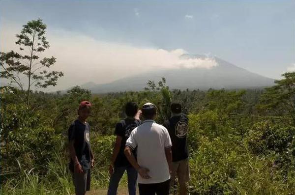 印尼巴厘岛阿贡火山岩浆上升到主峰下方1-2公里深度