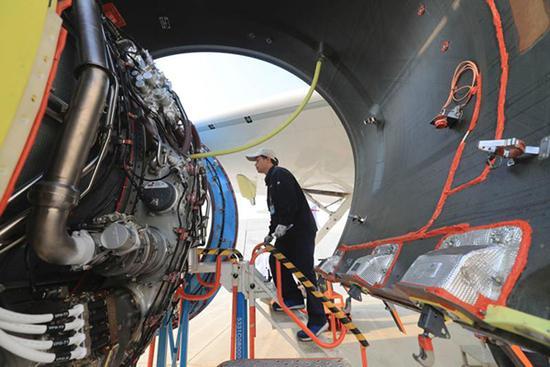 飞机制造公司工程技术人员对第二架c919大型客机两台发动机进行了点火