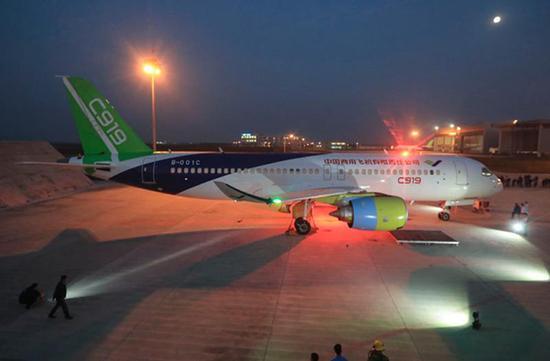 当日,中国商飞上海飞机制造公司工程技术人员对第二架c919大型客机两