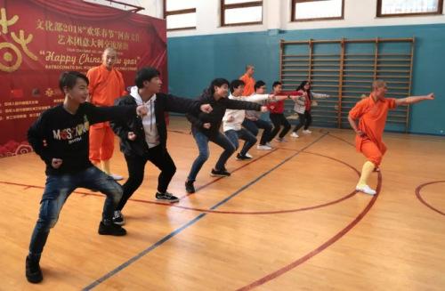 为米兰龙甲中文学校的全体师生带来少林棍,十八般兵器,童子功,金刚拳图片