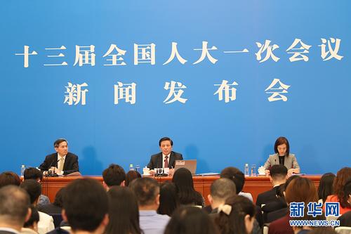图为大会发言人回答中外记者提问。新华网中国政府网 陈杰 摄 (2)