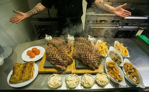 英餐厅设11.3斤牛排挑战4人1小时内吃完可免单