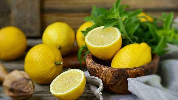 首页>寻医·问药>营养膳食营养膳食                 多吃柠檬能促进钙质吸收 防骨质疏松症         更多 更多 更多