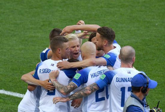冰岛队球员庆祝芬博阿松的进球 冰岛国家队的战士们也并未辜负整个国