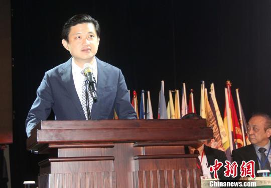 图为中国驻印尼大使馆领事参赞祝笛加入庆祝。 林永传 摄