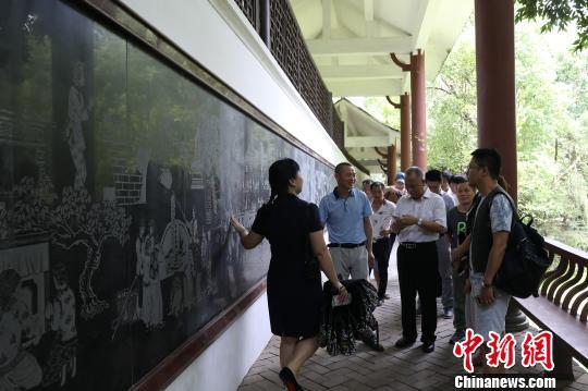 6月17日,海峡两岸媒体采访团在客家艺术长廊寻访客家饮食、服饰、节庆习俗等文化。 江江 摄