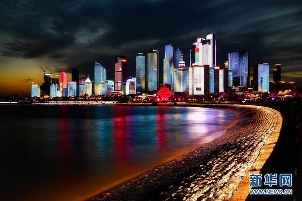 """青岛""""滨海城市客厅""""亮相石老人浴场,光秃秃的海滩呈现时尚新面貌"""
