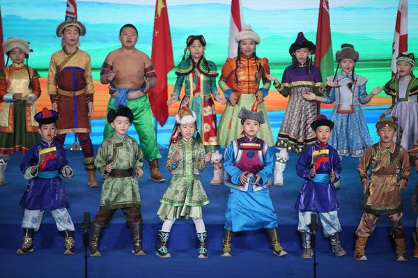 论坛期间,身着民族服饰的蒙古族小朋友为参会人员带来歌舞表演.