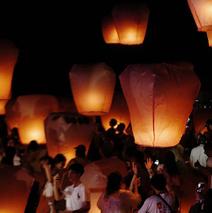 探访台湾平溪天灯节 数千游客中秋夜祈福