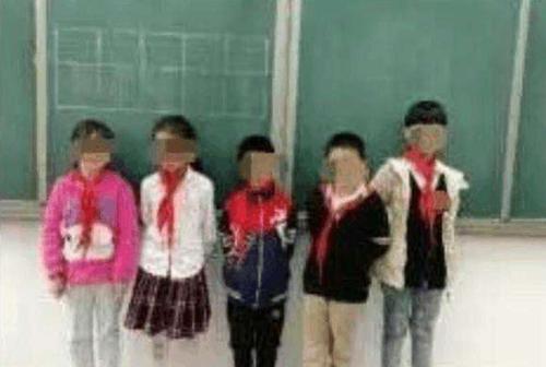 小彤人体艺术_小彤和几名迟到的同学被老师罚站黑板下,并被要求蹲马步(网络图,与