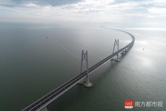 连接香港、珠海和澳门的港珠澳大桥全长55公里.-被称为 世界奇迹 的