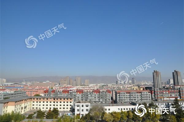 昨天,在冷空气助力下,内蒙古首府天空湛蓝。(郭敏 摄)