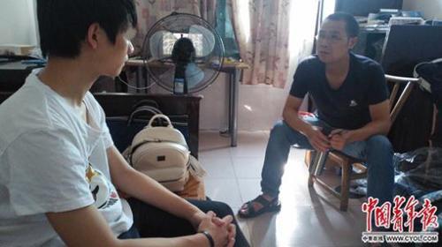 金秋华与网瘾少年谈心。中国青年报·中青在线记者 章正 摄