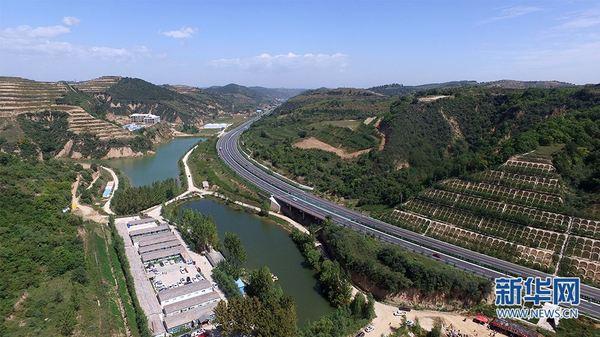 树多了,林密了,生态修复了,生活也更好了。在陕西省延安市吴起县刘河湾村,白世贤看着连绵起伏的山茆说。今年53岁的他,说起当地生态环境翻天覆地的变化,感慨不已。 延安从1998年在吴起县率先大规模开展退耕还林,至今已经走过了20年。生态修复推动发展质量明显提升、发展后劲明显增强,民众生活水平显著提高。 延安位于陕西省北部,属于黄河中游地区,地貌以梁峁、沟壑为主。上世纪末,延安成为黄土高原水土流失最为严重的地区。春秋两季沙尘肆虐、遮天蔽日。其中,吴起县是水土流失最为严重的县区之一。  资料图 199