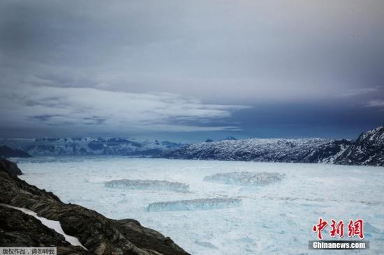 科罗拉多大学研究员本迪克森形容,格陵兰岛融化的冰盖就像是在海岸线