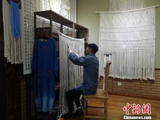 大河刺绣的工作人员在现场进行创作。 孙婷婷 摄