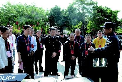 鯉城區政協主席郭成宗率政協委員視察公安工作。