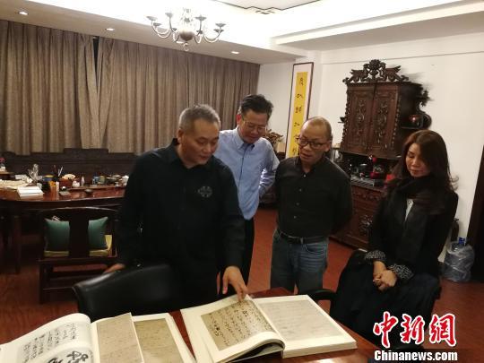 黄国梁拜访福清黄檗文化促进会,捐赠《日本高僧遗墨》套书。 陈芝宽 摄