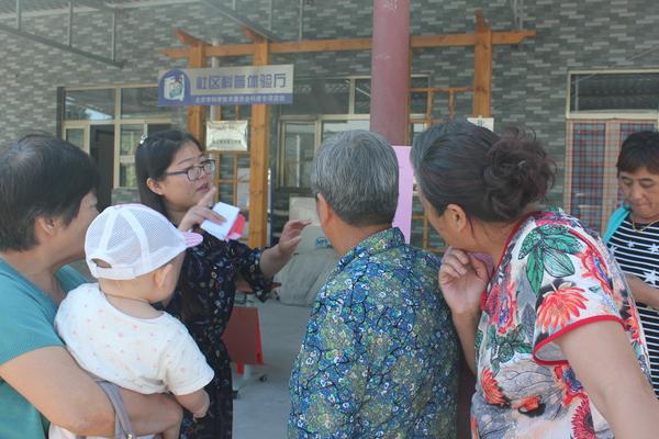村民们在听工作人员介绍每位专家的情况