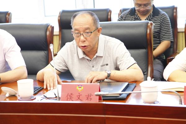 区政协专委会工作三室主任侯文君汇报建议案和调研报告的具体情况