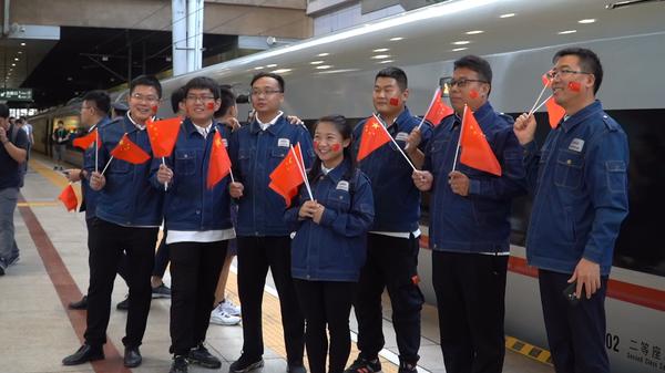 2.中国铁建电气化局通信信号施工工作人员体验自己参建的这条全新线路。