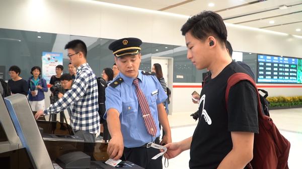 3.京雄城际C2701首批乘客到达大兴机场。
