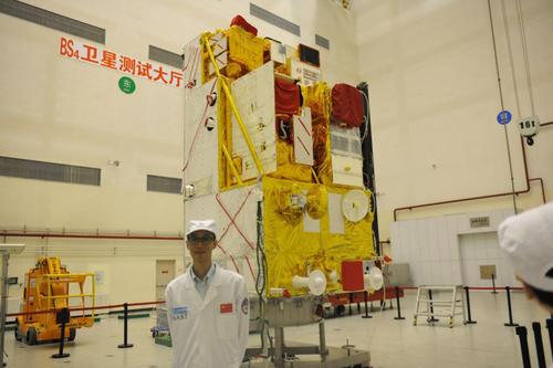 2018年2月28日,张兴赢在高分五号卫星出厂审定会前在卫星厂房合影.