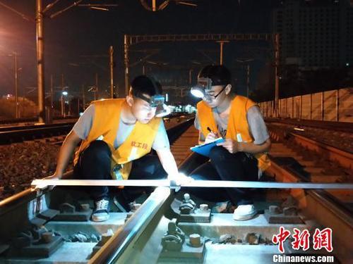 铁路工人连夜排查道路以及平隐患。 铁路供图 摄