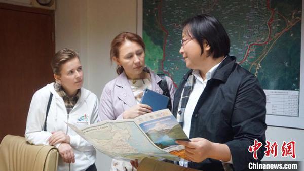 丹霞山管理人员向俄罗斯学员介绍公园科普研学路线。丹霞山管委会提供