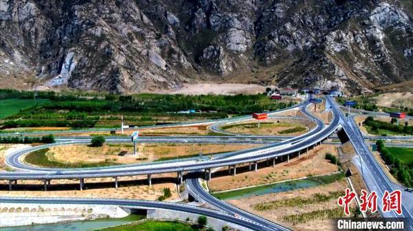 涉藏纪录片《极地通途》于12月9日在《西藏卫视》首播,讲述人与公路的故事。图为高原纵横交错的公路与立交桥(12月9日 纪录片截屏图) 纪录片制作方供图 摄