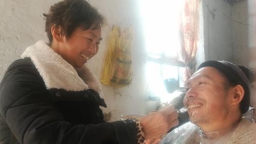 """开封女子不离不弃照顾瘫痪丈夫15年,余生愿做他的""""拐杖"""""""
