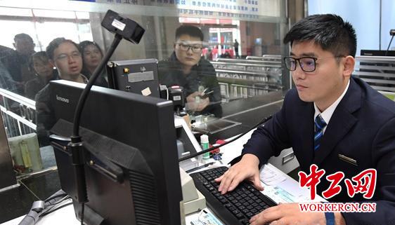 """黄远翔:福州火车站售票厅里的""""最强大脑"""""""