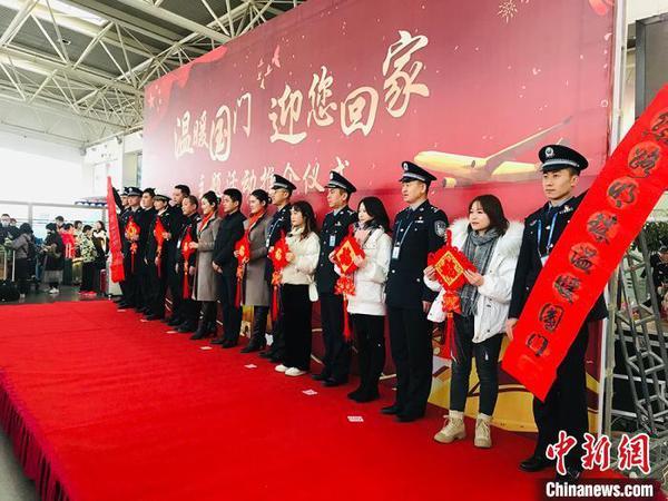 甘肃民众出境旅游过春节:随身携