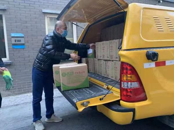 刘富勇委员向东城区捐赠50箱消毒液
