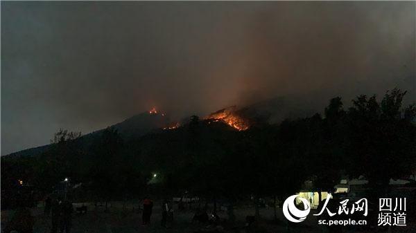 昨晚,记者在邛海边泸山脚下看到,现场有明火,冒着浓烟。前线报道组摄