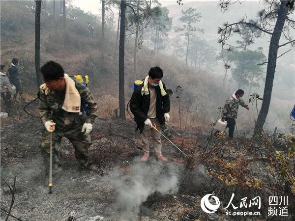 4月1日破晓6时许,各路步队集结,向西昌市丛林火警提倡总攻。前线报道组摄