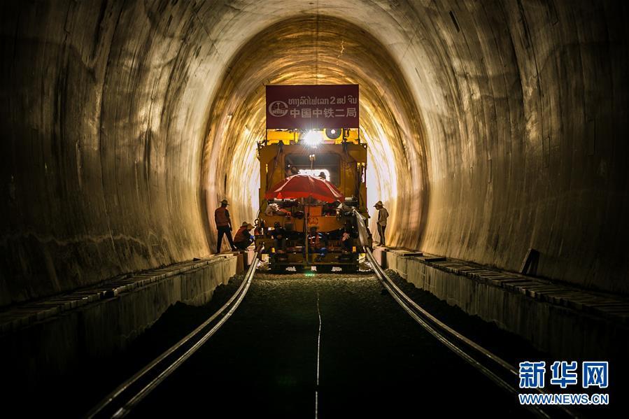 中老铁路铺轨通过第一座隧道